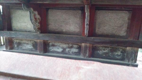 熱那神社本殿の背面床下