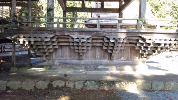 穂見神社神楽殿の縁側と床下