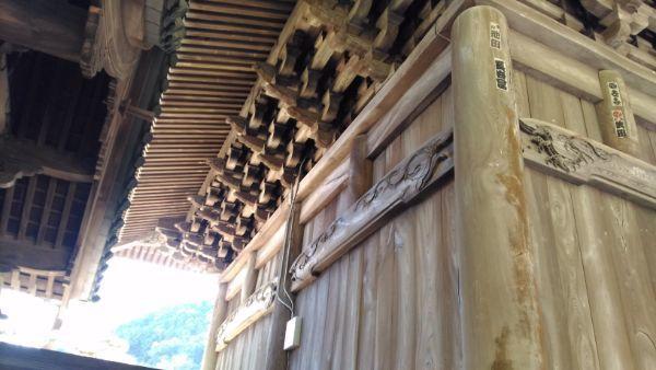 久遠寺三門の側面