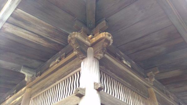 仏殿の柱と木鼻
