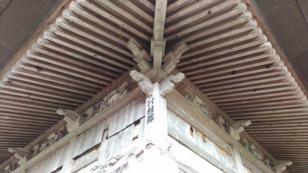 葛山落合神社拝殿の軒裏と木鼻