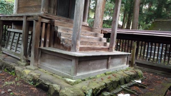 葛山落合神社本殿の階段と浜床