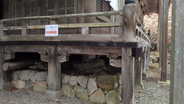 宝光社社殿の縁側