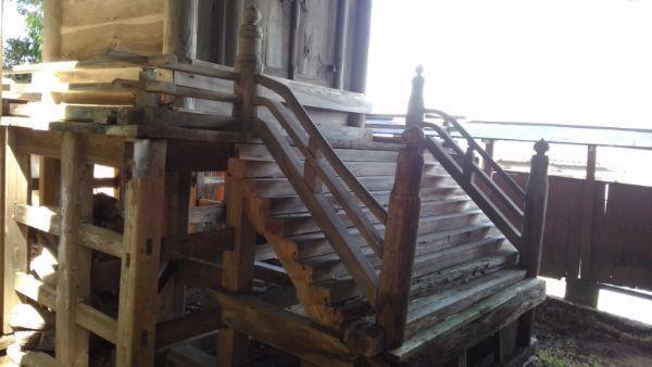 布制神社本殿の階段