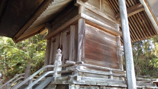 布制神社本殿の側面