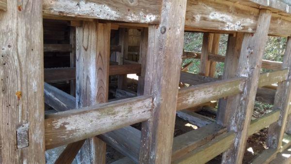 布制神社本殿の背面床下