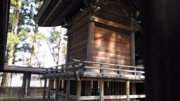 治田神社本殿の背面
