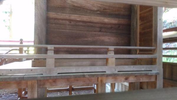 坂城神社本殿の縁側