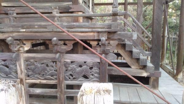 東條健代神社の側面床下