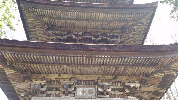 三重塔の軒下
