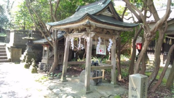 江野神社の手水舎と稲荷社