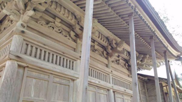 拝殿側面の軒先