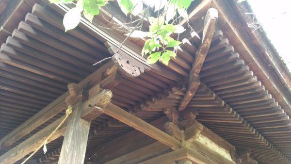 高良神社の軒下