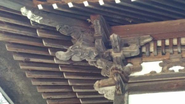 本堂の軒裏と木鼻
