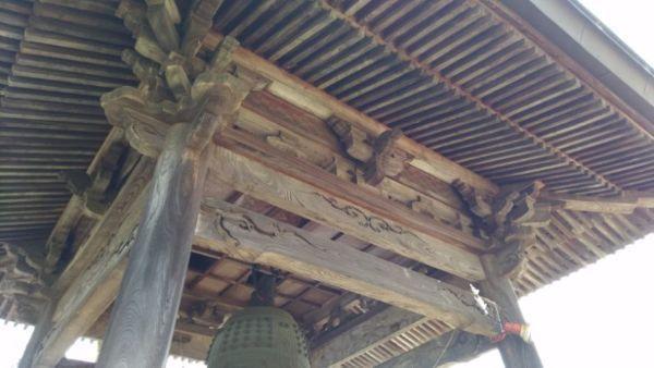 鐘楼の軒下