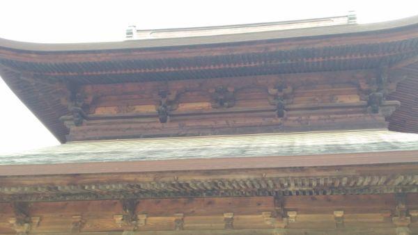 仏殿の軒下