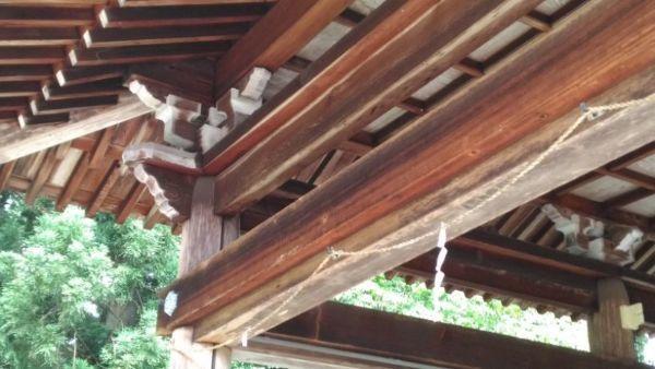拝殿の柱と木鼻