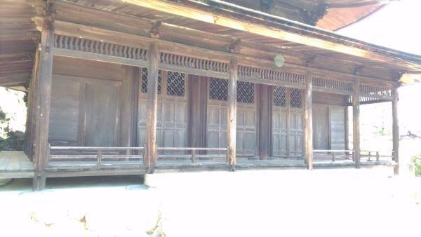 観音堂裳階の軒下