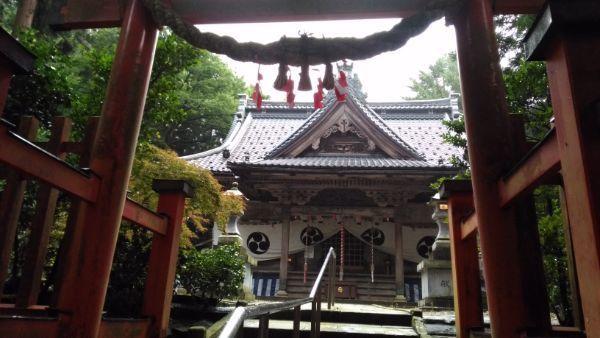 西奈弥羽黒神社鳥居と拝殿