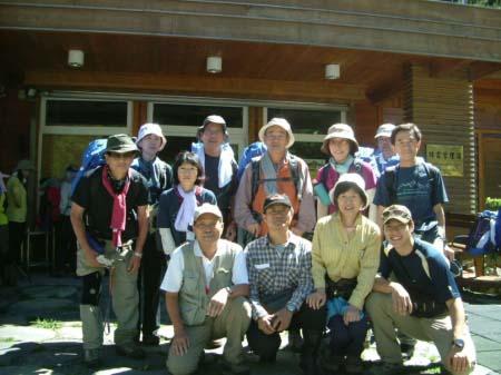 日本人10名と2人のガイド(排雲管理事務所にて)