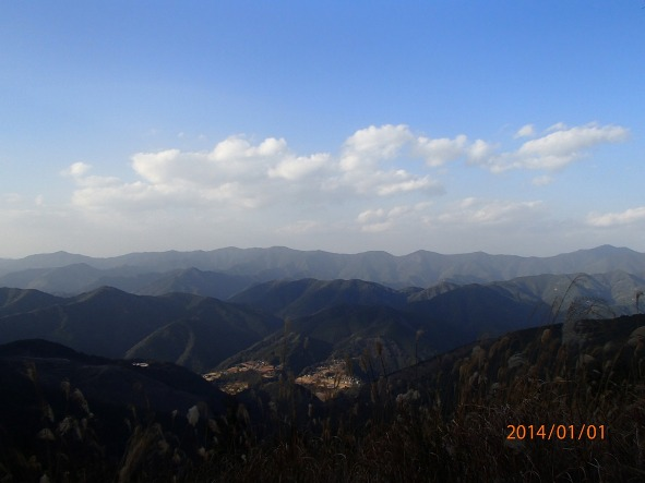 131226-140102kumanokodo20 霧の里高原より果無山脈