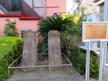 猫又橋の親柱の袖石