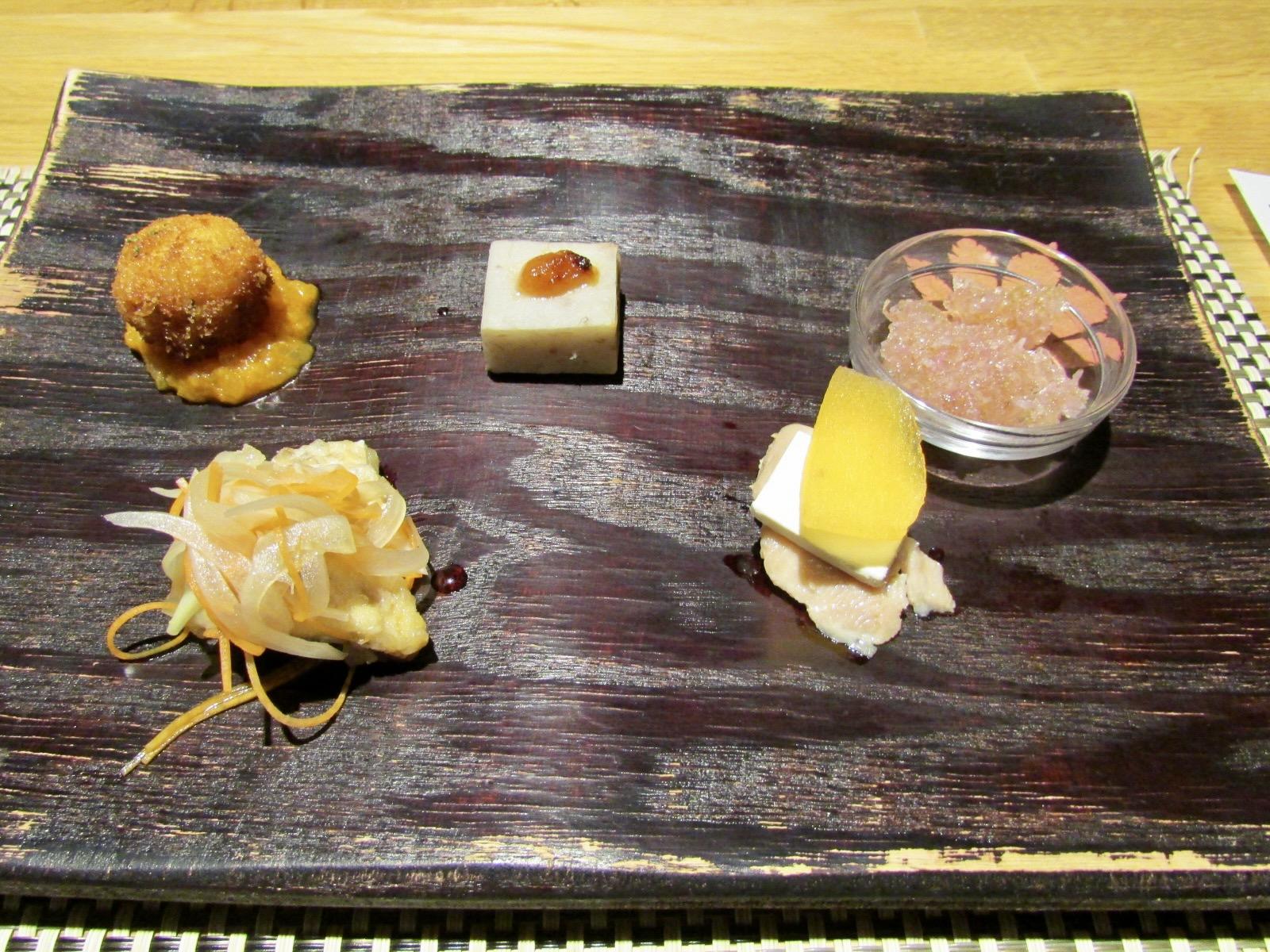 左上から きのこライスボール、帛乙女田楽、かきのもとジュレ、 日本海天然鮮魚南蛮漬け、越の鶏カナッペ