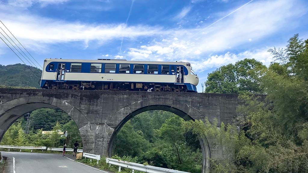 眼鏡橋を走るホビートレイン(高知県西土佐)