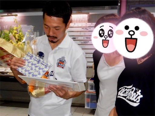 ファンから贈られた写真をひとつひとつ見ながら思い出を語ってくれた曽根田さん