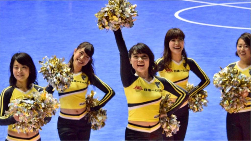 町田市立総合体育館のアリーナ席の観客に挨拶する町田Fiore