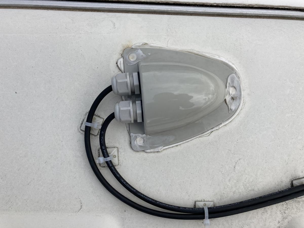 キャンピングカー フレキシブルソーラーパネル 設置  DIY 防水ボックス 配線