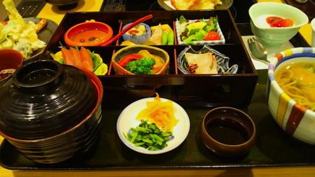 美々卯弁当(あべのハルカス/2380円)