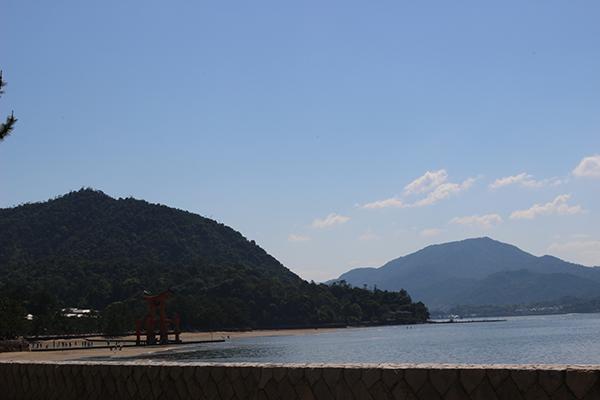 瀬戸内海と宮島・中国地方の山々