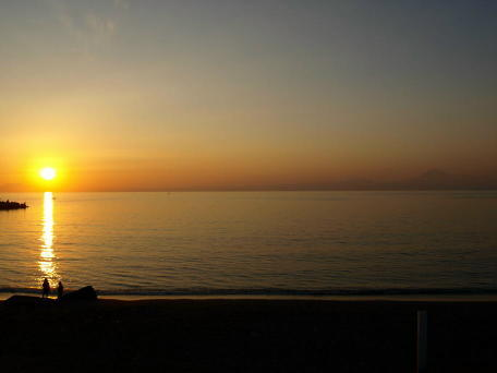 沈みゆく夕日と富士山