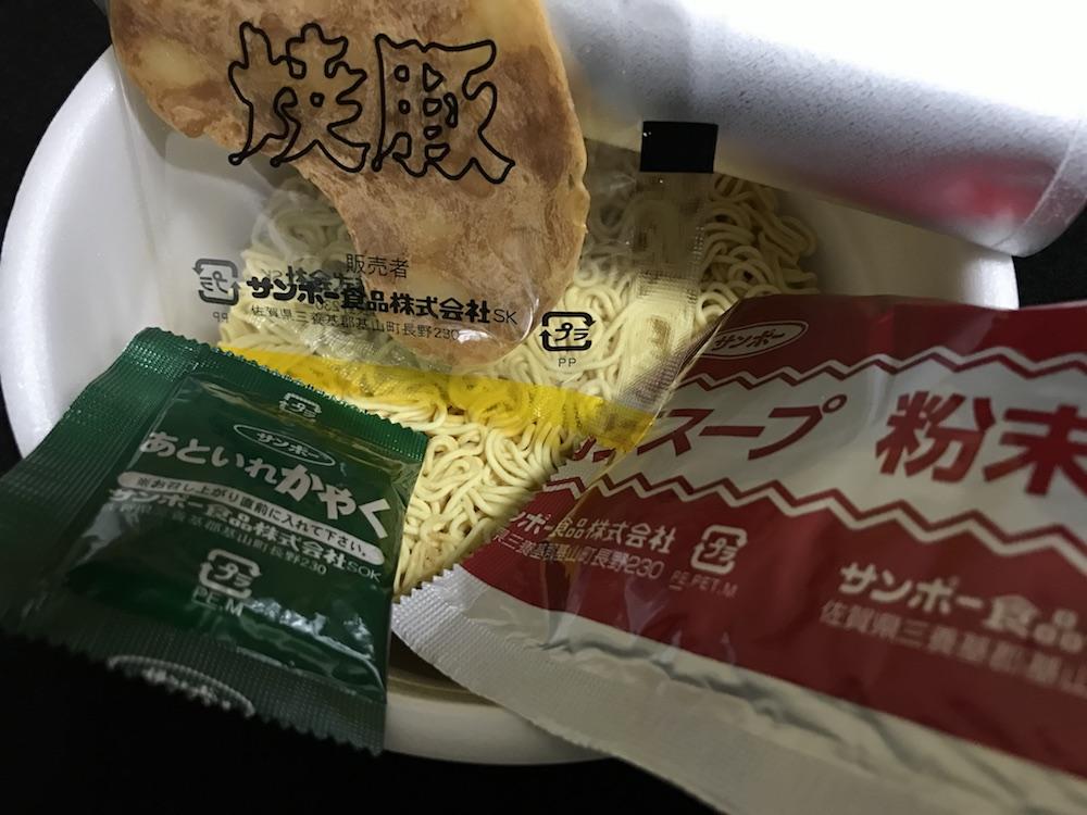 サンポー焼豚ラーメン 焦がし醤油豚骨味 中身