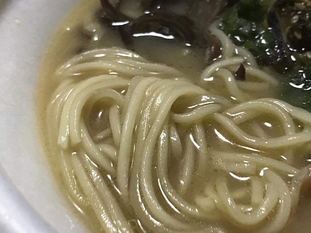 ミニストップ 博多風とんこつラーメン マルタイラーメンの麺使用 麺