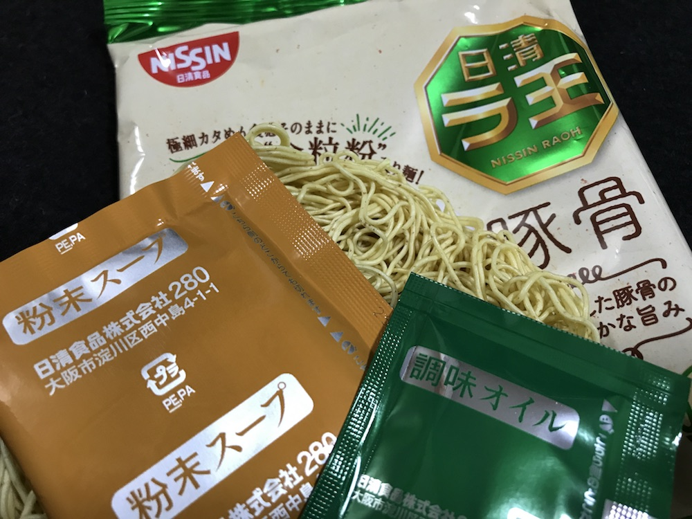 ラ王袋麺豚骨 全粒粉入り麺版 中身
