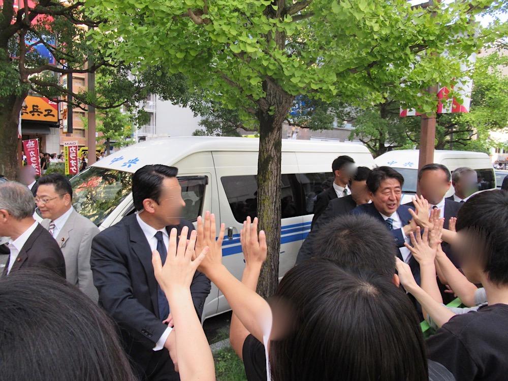 総裁候補者所見発表演説会in佐賀 安倍総理ハイタッチ
