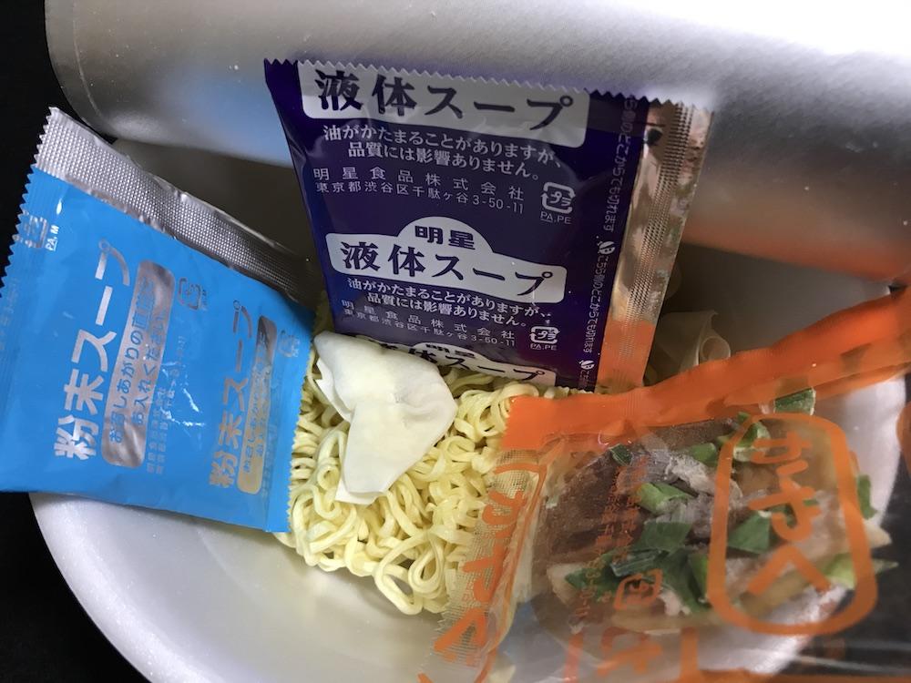 とら食堂ワンタン麺 中身