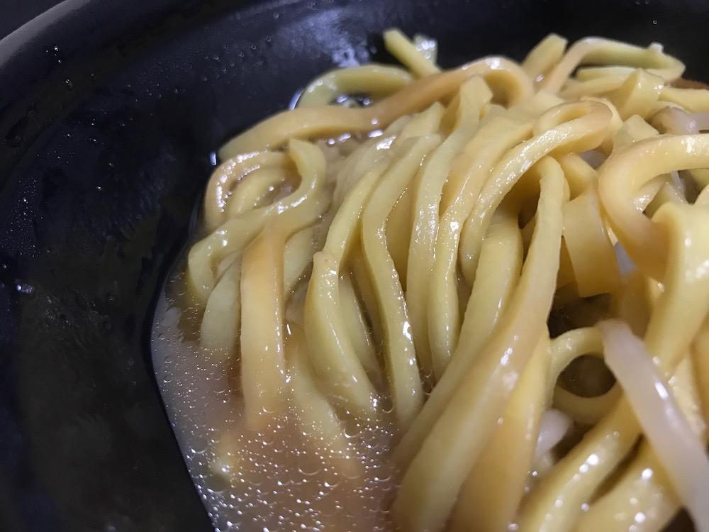 2種のにんにくが決め手!豚醤油ラーメン 麺