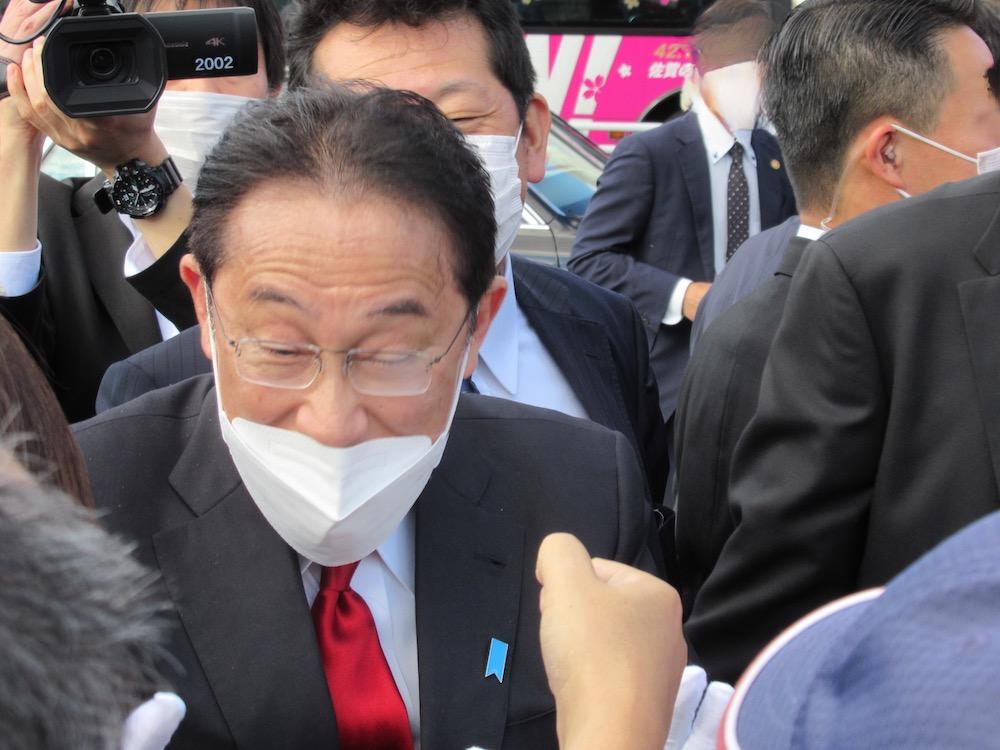 岸田文雄総裁きたる 佐賀市 グータッチ