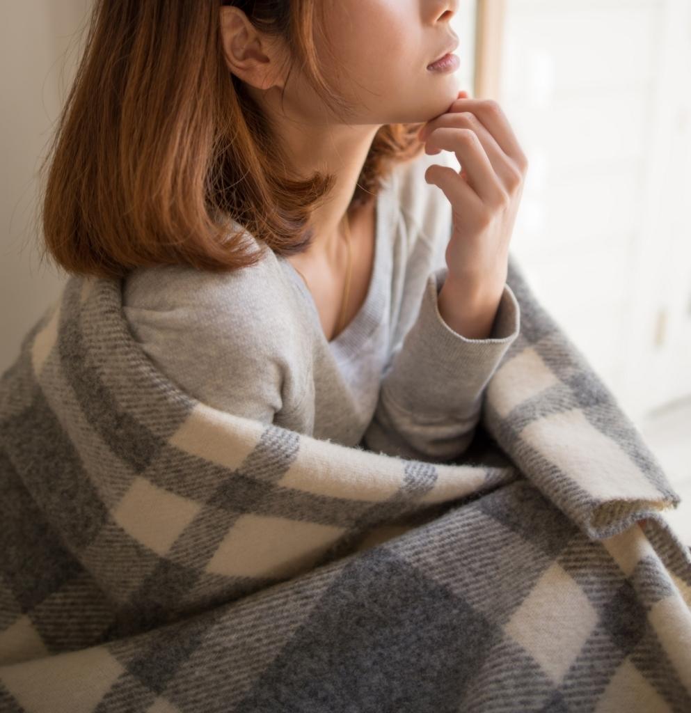 寒さ対策 厚着の女性