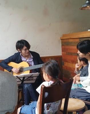 橋本さんの演奏に興味津々のお子さん