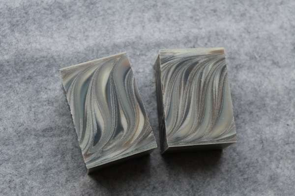 201604柿渋と竹炭のスワール石けん(Persimmon Juice and Bamboo Charcoal Swirl Soap)