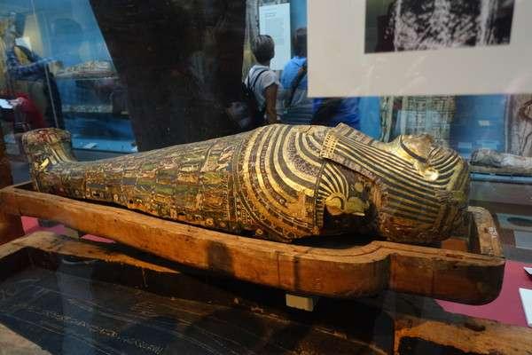 金色に輝くミイラの棺2