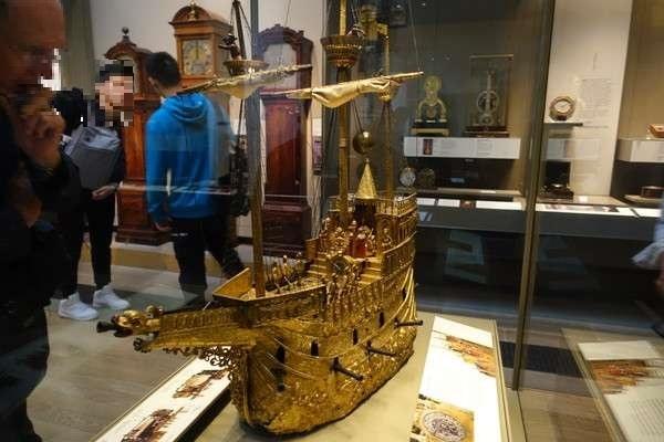 からくり仕立ての時計付きの黄金の船
