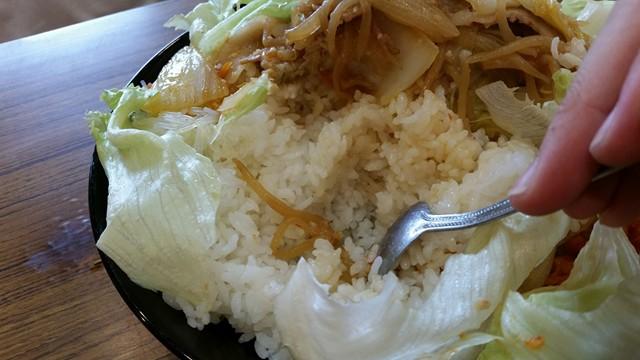曙橋(新宿近く)『定食屋酒場食堂』の288円定食をスプーンでかき分けている写真