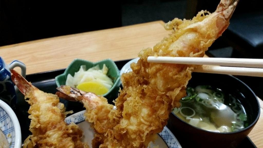 スカイツリー近く(浅草)『そば処元祖かみむら』の元祖タワー丼のエビフライを、箸で持ち上げた写真