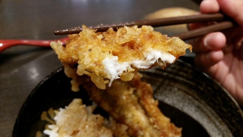 浅草『天丼秋光』の五代目天丼に乗っている、穴子の天ぷらの断面写真