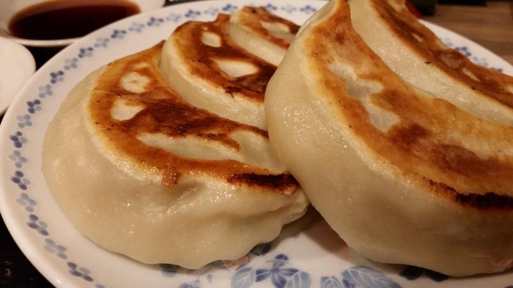 池袋『開楽』の、開楽特製手作りジャンボ餃子定食の餃子のアップ写真
